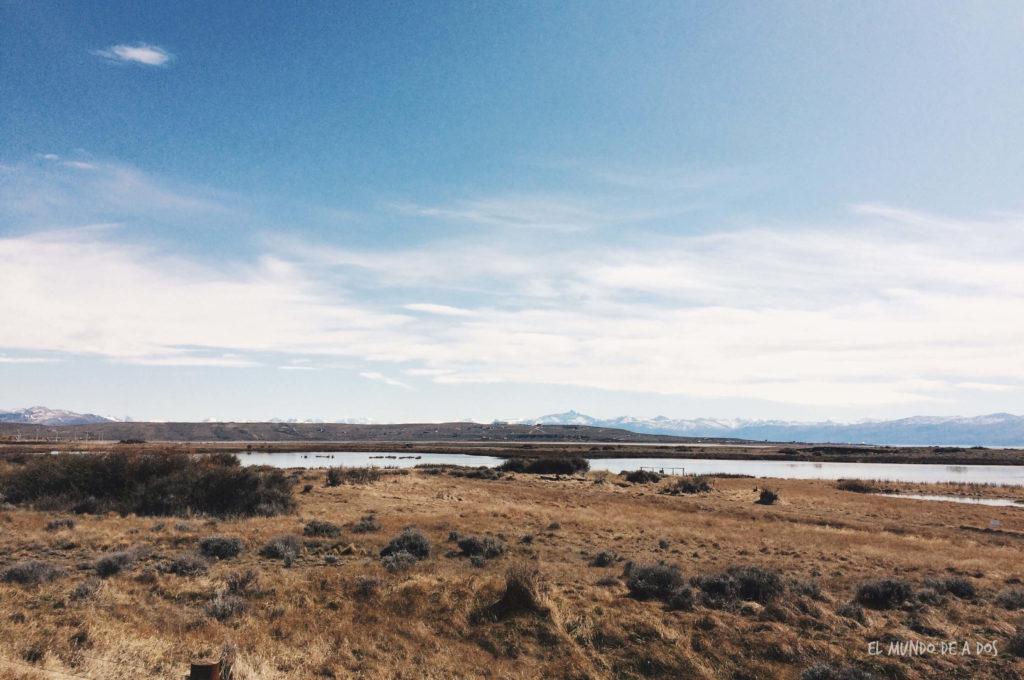 Paisaje árido camino al Parque Nacional Los Glaciares. Viajar a El Calafate