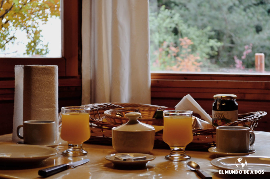 Desayuno en la cabaña. Bariloche en otoño