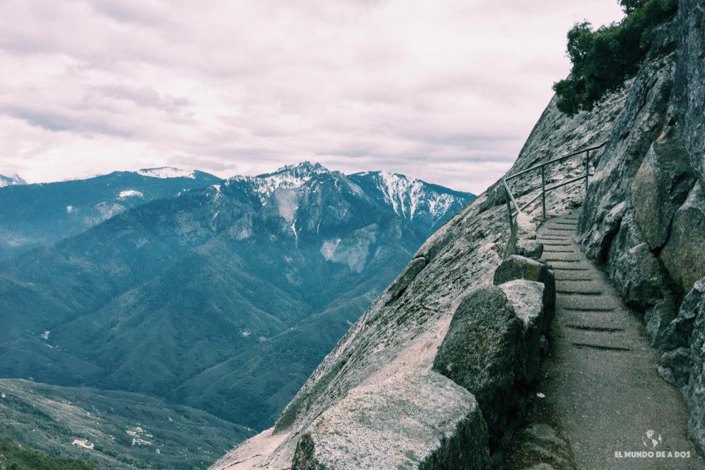 Sendero para subir a Moro Rock. Parque Nacional de las Secuoyas