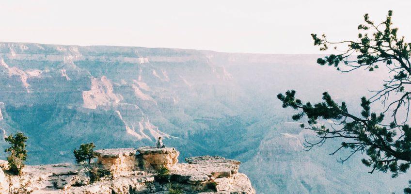Pequeña en el paisaje. Gran Cañón en un día