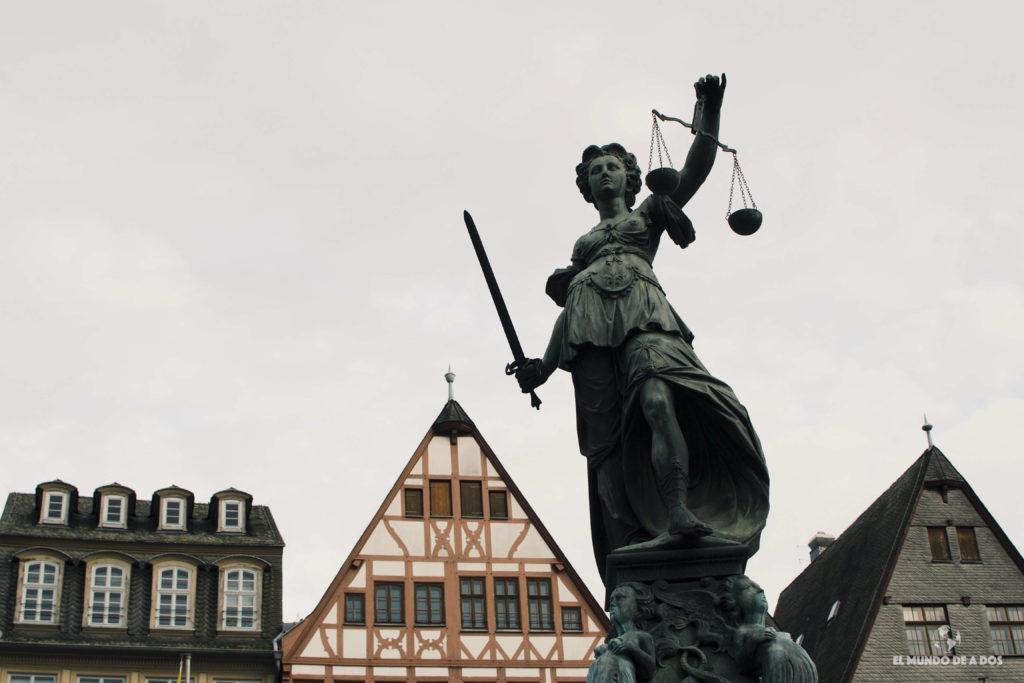 Estatua de la libertad del Römer. Que ver en Frankfurt