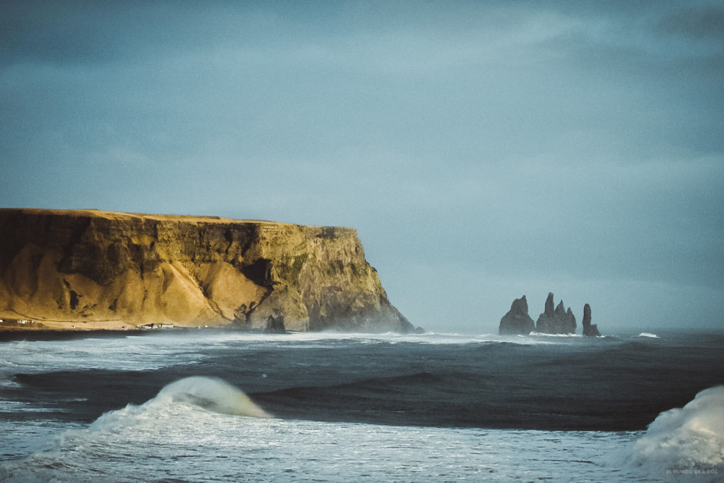 Acantilados en la playa negra. Guía para viajar a Islandia