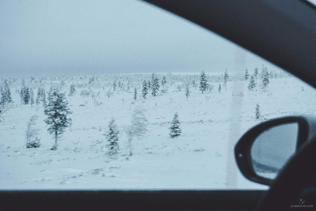 Nieve desde el auto. Viajar a Laponia en invierno