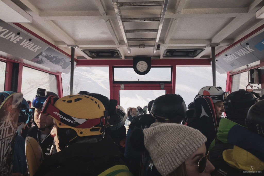 Subiendo al monte Schilthorn en funicular. Suiza en invierno