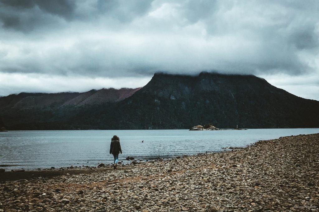 Caminando por la playa de Villa Tacul. Circuito Chico Bariloche