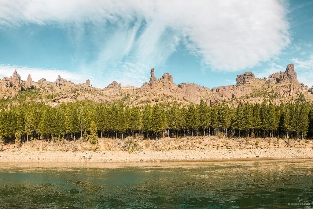 Vista del Dedo de Dios sobre el río Limay en Bariloche en verano