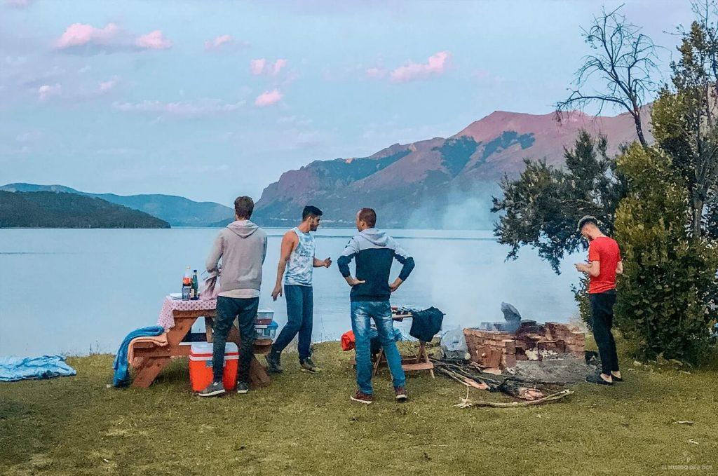 Asado en camping Baqueanos. Que hacer en Bariloche